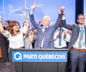Jean-François Lisée est monté sur scène entouré de son équipe pour s'adresser aux délégués du congrès du Parti québécois, samedi soir, après avoir remporté son vote de confiance.