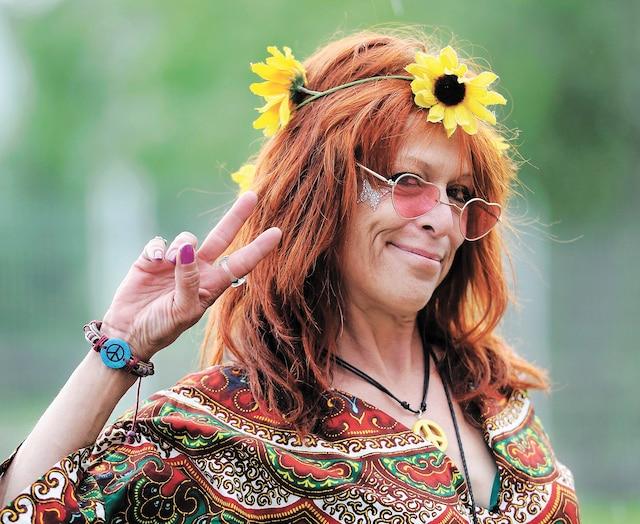Les couleurs du mouvement hippie étaient bien présentes sur le site, rappelant les racines du festival. Ci-haut,Diane Sauvé, qui a réalisé un rêve en rencontrantMichael Lang, le cofondateur du festival original de 1969 aux États-Unis.