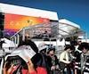 Ces touristes asiatiques observent l'effervescence des préparatifs du festival.