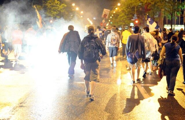 Des pièces pyrotechniques ont été lancées par des manifestants. Peu de manifestants se sont rassemblés pour participer à la 36e manifestation nocturne, pour protester contre l'application de la loi spéciale 78 et la hausse des frais de scolarité, à Montréal, le mardi 29 mai 2012. MAXIME DELAND / AGENCE QMI