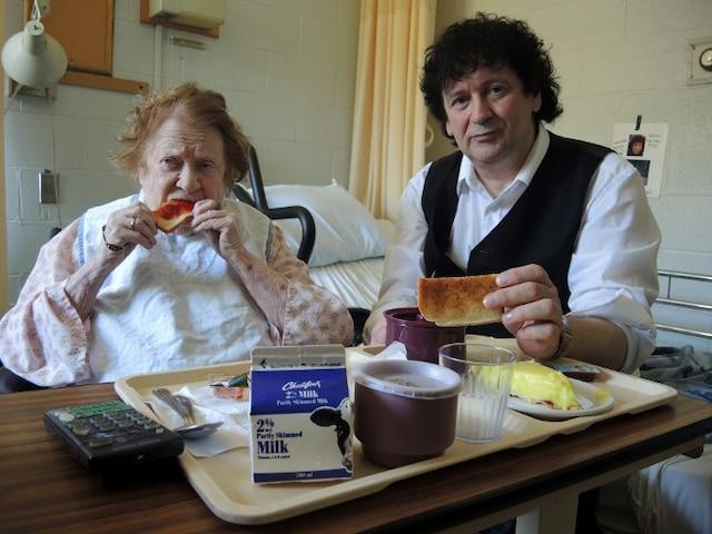 Âgée de 92ans, la mère de Pierre Chénier mange presque exclusivement des rôties depuis des mois. Son fils ira en cour le 22octobre pour tenter de la ramener à la maison.