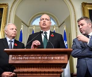 Le chef péquiste Jean-François Lisée et le député Pascal Bérubé entourent Stéphane Bergeron