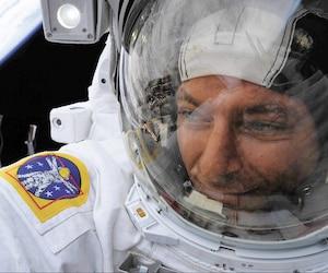 L'astronaute québécois David Saint-Jacques a pris cet égoportrait lors de sa sortie dans l'espace en avril dernier avec la Terre en arrière-plan.