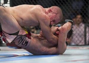 <p>Georges St-Pierre (gant rouge) affrontant Carlos Condit (gant Bleu) pour le Championnat poids mi-moyens de l'UFC lors du combat UFC 154.