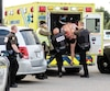 Jimmy Raymond-Bélanger, alors qu'il était escorté par les policiers à l'intérieur d'une ambulance jeudi, au terme d'une cavale qui l'a mené de Boischatel jusqu'en Mauricie.