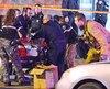 Des ambulanciers ont tenté des manœuvres de réanimation sur une des deux victimes poignardées dans un logement de l'est de la ville, dimanche matin.
