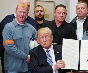 C'est entouré de travailleurs américains de l'acier que le président américain, Donald Trump, a signé cette série de proclamations qui bloquent l'entrée à l'acier et à l'aluminium d'une majorité de pays, mais non du Canada, premier fournisseur des États-Unis.