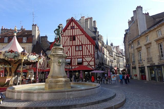 La ville de Dijon avec ses  maisons colombages et  ses fontaines.