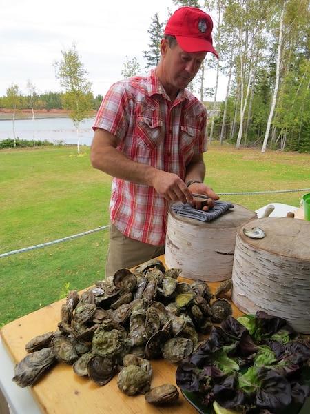 John montre comment ouvrir les huîtres.