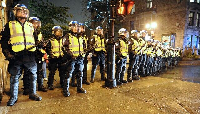 Des policiers bloquent une rue. Peu de manifestants se sont rassemblés pour participer à la 36e manifestation nocturne, pour protester contre l'application de la loi spéciale 78 et la hausse des frais de scolarité, à Montréal, le mardi 29 mai 2012. MAXIME DELAND / AGENCE QMI