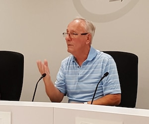Le maire Émile Loranger a assisté à une séance extraordinaire de moins de trois minutes pour éviter un processus de destitution.
