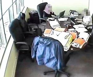 Dans une vidéo captée en 2011 dans les bureaux d'une entreprise de Laval et obtenue par le Bureau d'enquête, deux vérificatrices de Revenu Québec discutent d'un boni de rendement exceptionnel équivalant à 3,5 % du salaire.