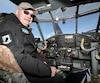 Ron Sheardown dans l'avion qu'il pilotera vers le Groenland.