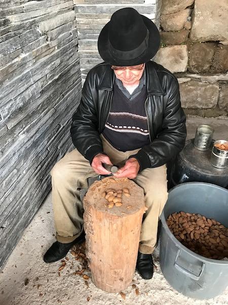 Dans le petit village Freixo de Numo, cet homme brise des amandes, selon la méthode traditionnelle, à l'aide d'un marteau. Ses mains ont terriblement souffert des coups reçus.
