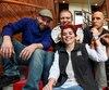 Les magiciens Nicolas Dutel, Boris Wild et Hector Mancha entourent Renée-Claude Auclair, l'une des responsables du Festival de magie de Québec, événement qui a pris fin hier.