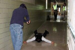 Les professeurs utilisent des pistolets à air comprimé (airsoft gun) avec des balles de plastique pour la simulation. Les nerfs des professeurs sont mis à l'épreuve, puisque la douleur est réelle s'ils sont touchés avec ce genre de balles.