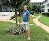 Le résident de LachenaieDanny Bélangerpasse six mois par année en Floridedans un complexe deNorth Miami Beach,où90% des 150 condos sont occupés par des Québécois comme lui. Sur la photo, on le voit devant son condo.