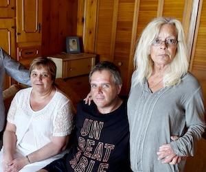 Linda, Johanne, Pierre et Andrée Langlois sont dans la chambre où leur mère s'est éteinte, en douceur, entourée des siens.