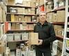 Guy Morissette, gestionnaire chez Postes Canada, conseille aux gens d'aller rapidement chercher leurs colis pour éviter l'accumulation dans les comptoirs postaux.