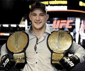 Devant plusieurs de ses proches venus au Centre Vidéotron pour savourer le grand jour, Marc-André Barriault a signé le contrat qui fait officiellement de lui un membre en règle de l'UFC.