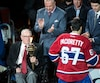 L'ancien entraîneur-chef du Canadien est conscient et dans un état stable. Sur cette photo, il passe le flambeau à Max Pacioretty lors du match d'ouverture de la saison, qui avait lieu mardi dernier.