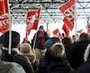 Christian Thériault, employé de Revenu Québec et porte-parole du syndicat, prenant la parole devant quelque 250 syndiqués, à Québec, mercredi.