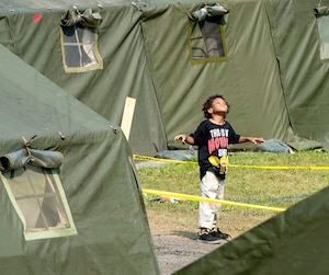 Ce petit demandeur d'asile qui était au camp près de Saint-Bernard-de-Lacolle hier après avoir passé par le chemin Roxham fera probablement partie des enfants qui seront scolarisés cet automne après s'être installés dans la région de Montréal.