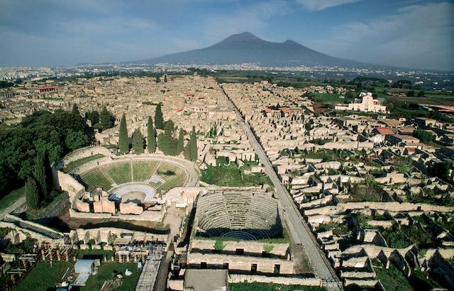 Vue aérienne des ruines de Pompéi avec le Vésuve à l'horizon