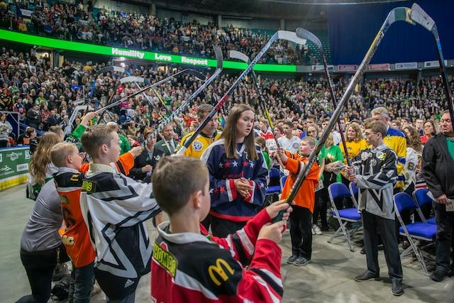Les funérailles de Evan Thomas, 18 ans, de l'équipe des Broncos de Humboldt, sont célébrées au SaskTel Centre, à Saskatoon.