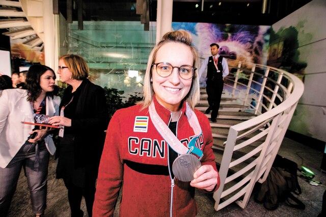 La hockeyeuse Marie-Philip Poulin est revenue avec sa breloque argentée.
