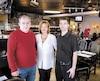 Le patron du restaurant Le Célébrité à Longueuil, Pierre Ménard (à gauche), continue de se battre pour faire tourner son affaire avec l'aide de sa conjointe Lucie Barette et de son serveur Francis Gauthier Blondeau (à droite).