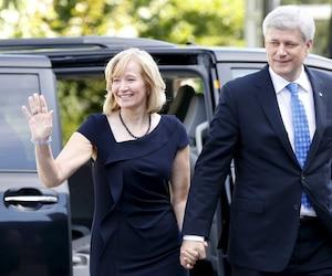 L'arrivée de Stephen Harper et son épouse à Rideau Hall.