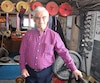 George Labrecque soulève devant nous «un petit» 230lb de terre, se déclarant «peu réchauffé». Lors de ses entraînements, il atteint 300lb encore aujourd'hui. Il a récolté 300 médailles et trophées grâce à sa force depuis ses débuts, à 48 ans. Sur la photo, un petit nombre de ses récompenses.