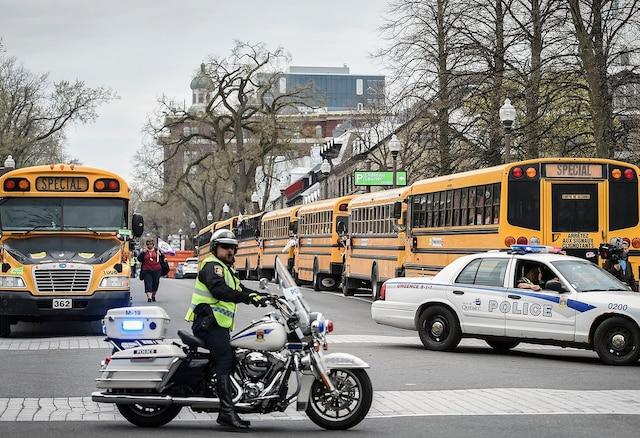 Au Québec,  2170 conductrices et conducteurs de 44 syndicats de la FEESP-CSN sont en grève aujourd'hui.