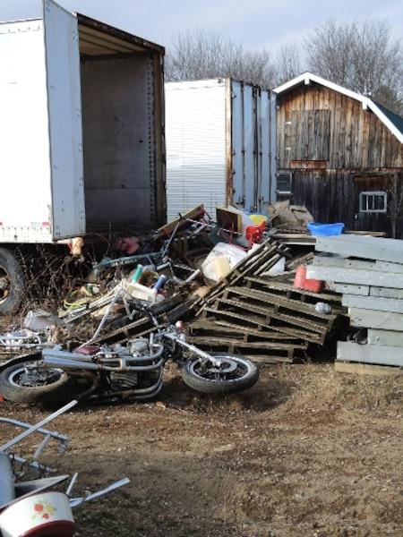 Il a également accumulé des semi-remorques de camions pleines d'objets en métal.