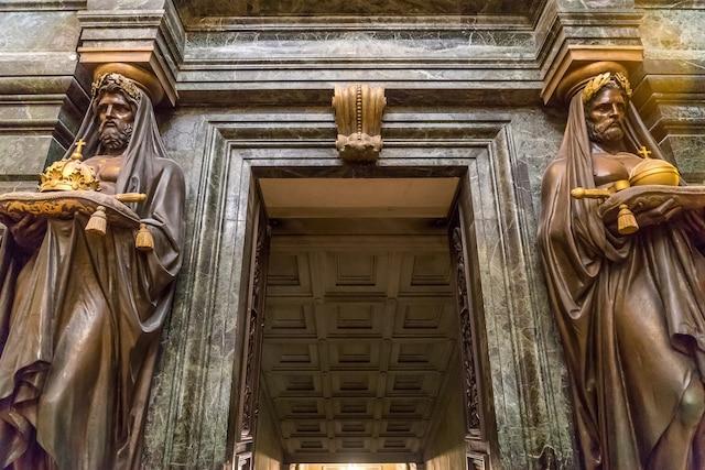 C'est par cette porte de la chapelle Saint-Jérôme que le cortège funèbre est passé pour mener l'empereur vers son catafalque, aussi visité par des millions de personnes.