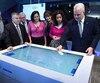 Le premier ministre Philippe Couillard, ici en compagnie de plusieurs ministres, a dévoilé mercredi la Stratégie numérique du Québec.