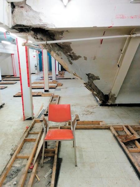 Les traces d'infiltration d'eau sont bien visibles au dernier étage du pavillon H. Du ruban et du plastique aux fenêtres ont été apposés en guise de réparation.