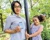 Michaëlla Étienne espère faire bouger les choses et obtenir le remboursement par la Régie de l'assurance maladie du Québec d'un appareil qui lui permet de suivre en temps réel sur son cellulaire le taux de sucre dans le sang de sa fille diabétique, Annie.
