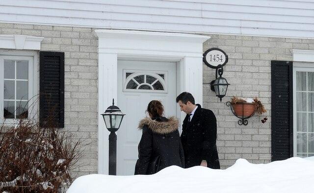 Des enquêteurs se rendent à la résidence de l'un des suspects impliqués dans la fusillade à la Grande Mosquée de Québec, le lundi 30 janvier 2017, sur la rue du Tracel, à Québec. AURÉLIE GIRARD/AGENCE QMI