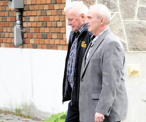 Luc Papillon (veston gris) s'est présenté au palais de justice de Saint-Jérôme en début de semaine avec Daniel Bélec, chef de cabinet de l'ex-maire Jean-Marc Robitaille. Les trois hommes sont accusés de corruption et d'abus de confiance.