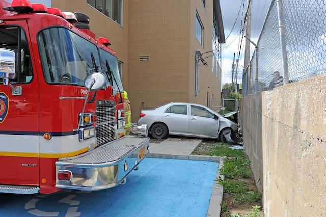 Un spectaculaire accident a eu lieu à Charlesbourg lorsqu'une voiture a traversé en plein milieu d'un immeuble commercial aux alentours de midi, vendredi.