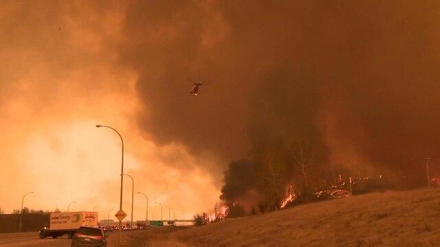 Une photo qui semble sortie d'un film prise mardi montrant Fort McMurray, en flammes.
