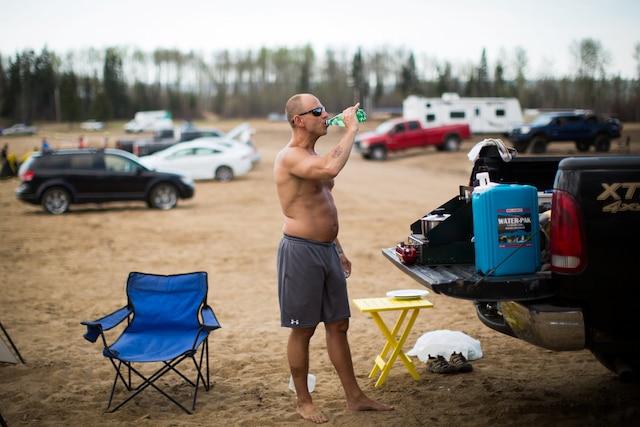 Mike Graham, un évacué, se désaltère avant de manger à Indian Beach, mercredi.