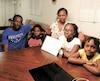 Fatoumata Dia (mère), Souleymane Faye (père), avec leurs enfants Mariam (chandail blanc), Balkissa (robe jaune) et Oumar Faye (chandail rouge).