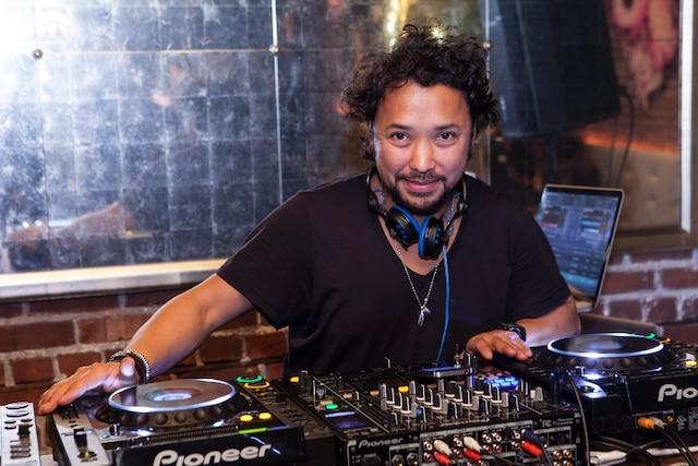 Pendant le cocktail, DJ Z O s'est amusé à mixer des chansons de l'époque de la prohibition et vers 23 h, le party a levé avec une transition de musique house!