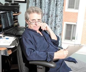Ex-journaliste, Roland Mailhot a ralenti le rythme au début de la cinquantaine. Installé chez lui, il travaille maintenant une vingtaine d'heures par semaine.