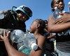 HAÏTI, Port-au-Prince Des casques bleus brésiliens de lONU fournissent de leau aux survivants haïtiens à un point de distribution près du palais présidentiel de Port-au-Prince, le 22 janvier 2010. Aujourdhui, 10 jours après le violent trembleme...