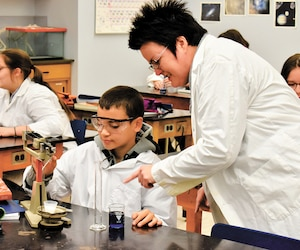 L'école des Rivières, de Forestville, compte plus de 40% d'élèves en difficulté d'apprentissage, mais performe malgré tout très bien au Palmarès du Journal. Sur la photo, des élèves de l'établissement en plein cours de sciences.