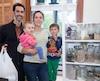 Véronique Lanoix, Charles Julien et leurs deux enfants Arnaud Julien et Jeanne Julien ont amorcé dans les dernières années une démarche Zéro déchet et ils se sont inscrit au projet-pilote Zéro Déchet de l'arrondissement Rosemont-La-Petite-Patrie.